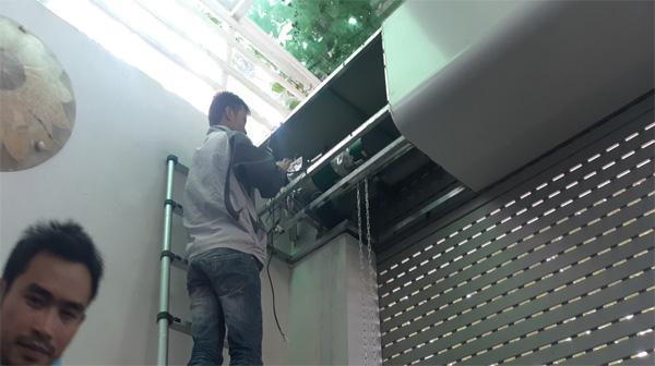 Cách sửa cửa cuốn bị kẹt nhanh chóng mà không cần gọi thợ